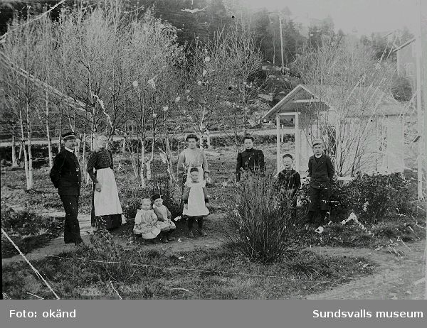 Stationsinspektor Kåhrström med familj i stationsparken i Sprängsviken