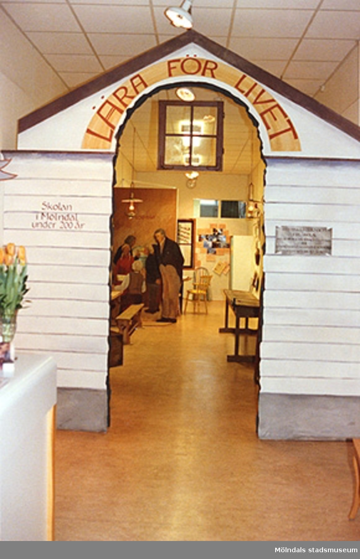 """Utställningen """"Lära för livet"""" 12 mars 1988 - 19 mars 1989 på Mölndals museum. Skylten """"Lära för livet"""" som sitter över ingången till utställningen."""