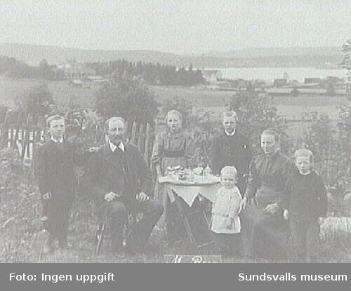 Familjen M Berg. Fotografi taget under Lars Ulrik Öquists tid som ägare av Eriksdals sågverk 1870 - 1896.