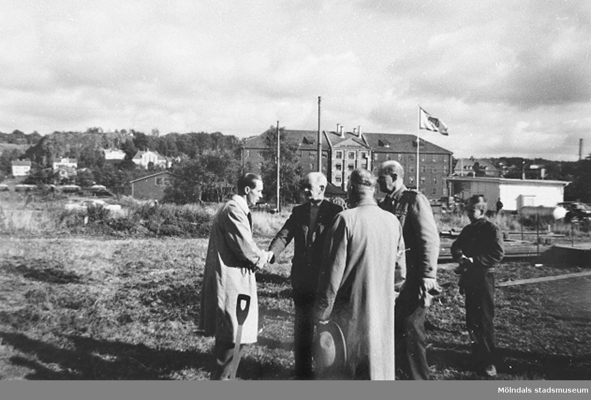 Politiker (nummer två från vänster är Ernst Carlsson, nummer tre är Algot Samuelsson) som skakar hand efter att ha tagit det första spadtaget, 1958. Se även 1999_0210.