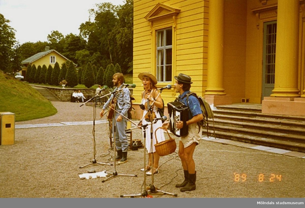 Musikunderhållning utanför slottets norra sida.