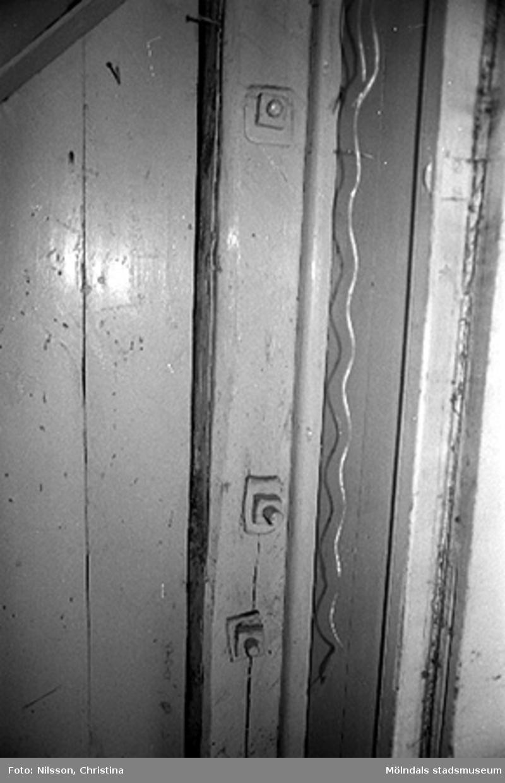 Interiör i fabriksbyggnad. Byggnadsdetalj: Dörrkarm.