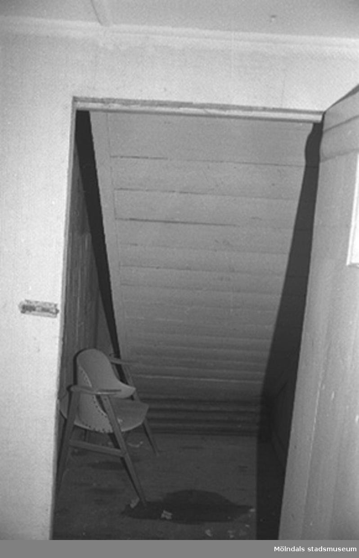 Möjligt förråd med en stol i fabriksbyggnad.