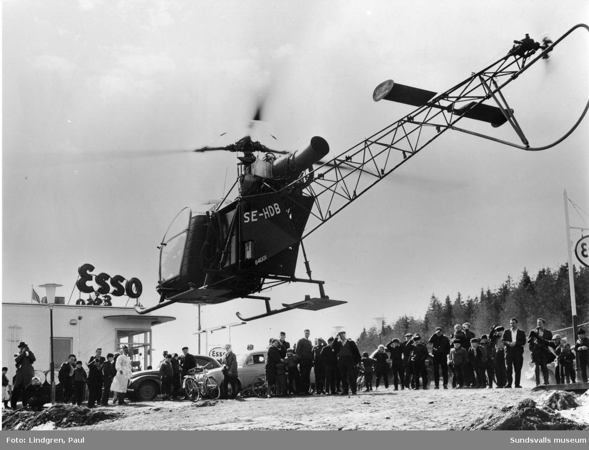 Helikopter tankar vid Esso, Stockvik.