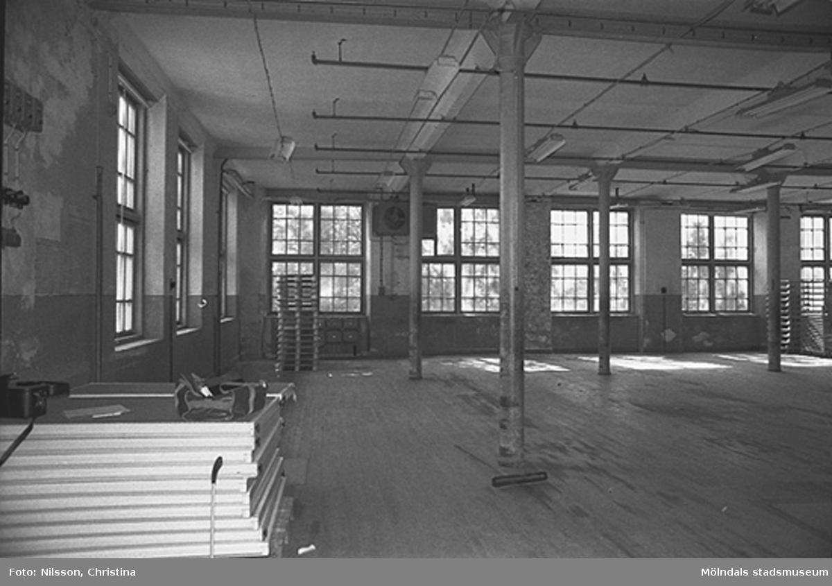 Werners fabriker, Lindome. Byggnadsdetaljer: Pelare och fönster. Hösten 1994.
