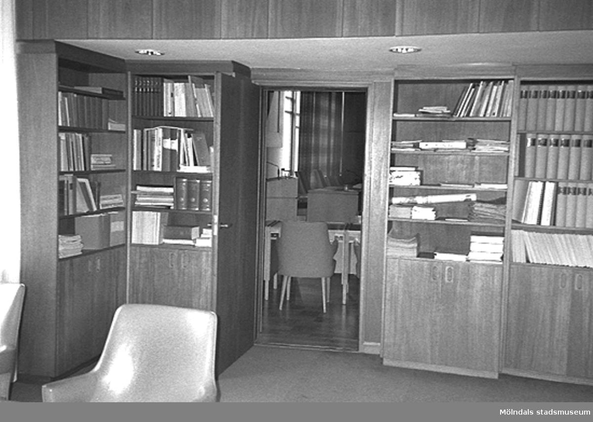 Mölndals stadshus, juni 1994. Inbyggda bokhyllor i ett rum.
