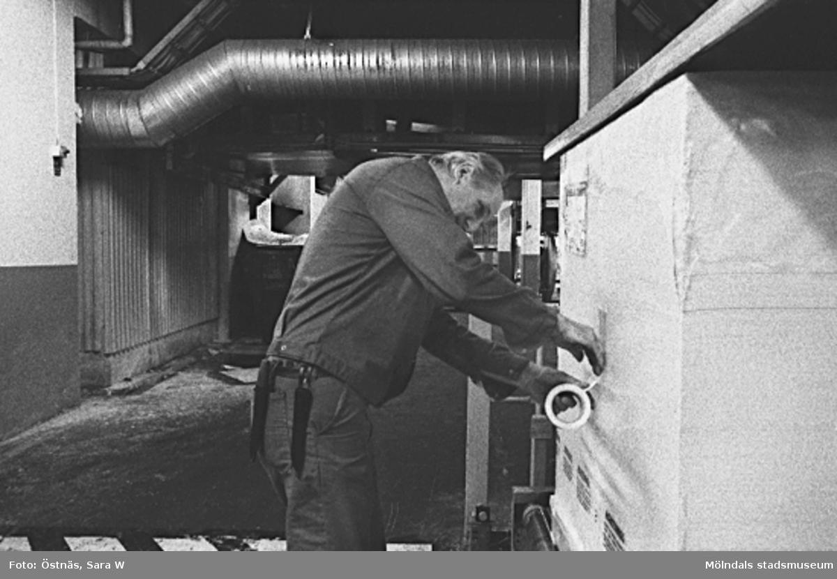 Arne Larsson i arbete, 1980-tal.Bilden ingår i serie från produktion och interiör på pappersindustrin Papyrus.
