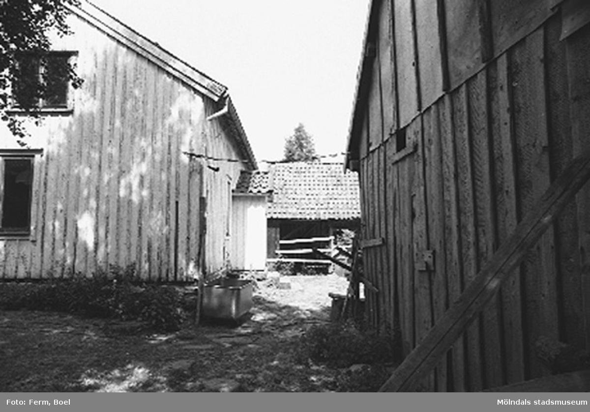 Bostadshus med ekonomibyggnader runt omkring.Högen 2:1/2:2 i Kållered,  1992-06-30.