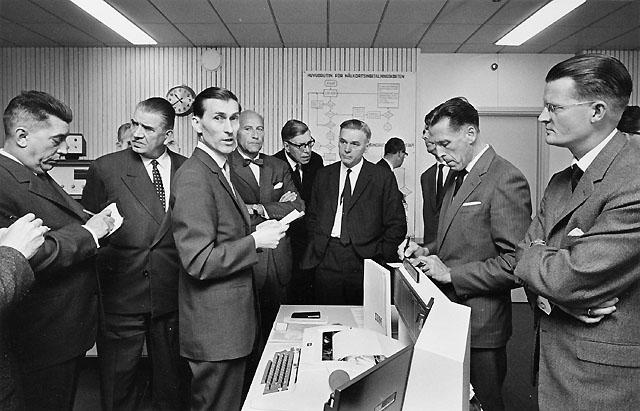 Studiebesök på Girots datacentral (på 3 trappor i Centralposthuset). Guide är förste byråsekreterare Bertil Eklund (3:e fr v).