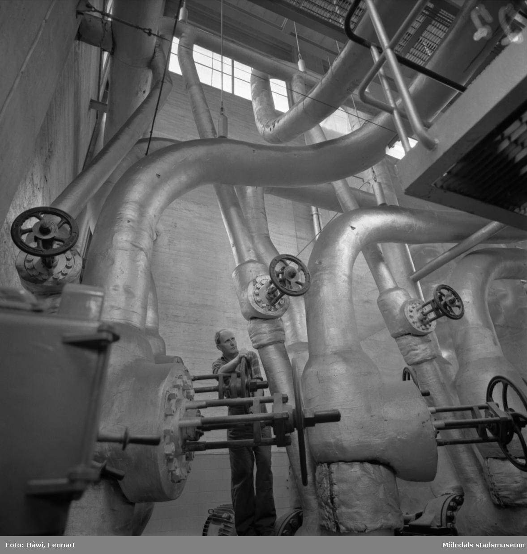 Man i arbete vid ångcentralen (Byggnad 14) på Papyrus i Mölndal, 13/5 1955.