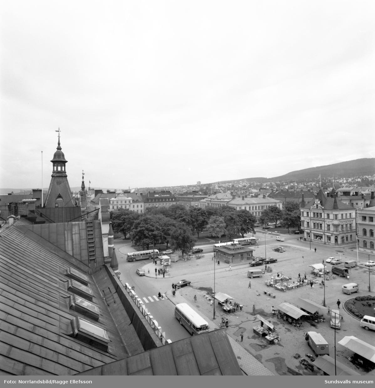 Torget sett från Forumhusets kupol. Tack och skorstenar.