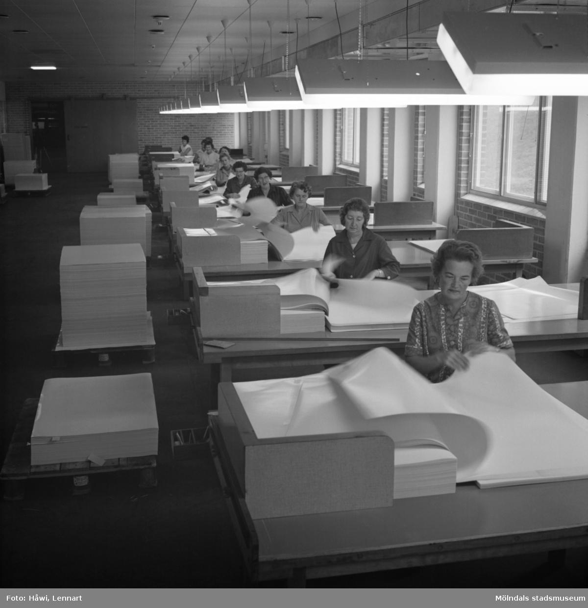 Kvinnor i arbete i sortersalen på Papyrus i Mölndal, 9/9 1964.