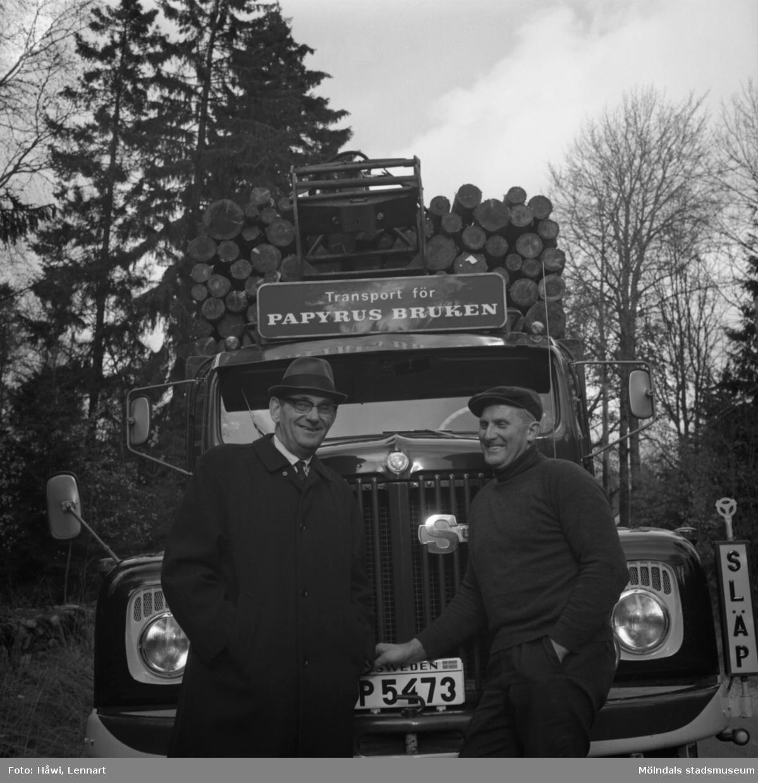 Timmerlass med lastbil, 22/10 1967. Fotografi för Papyrus årsberättelse 1967.