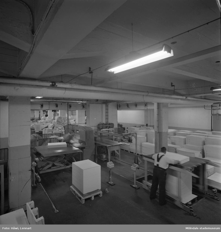 Män i arbete vid maskin på Papyrus i Mölndal, 8/9 1970.