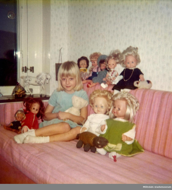 Christine med alla dockor i sovrummet på Delbancogatan i Mölndal, 1976.
