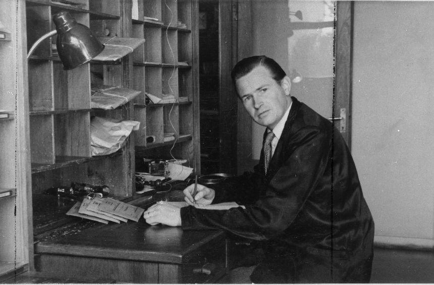 Överpostiljon Sven Kronström vid Postkontoret i Ljungby förtecknar avgående rek och ass. Han leder även arbetet å brevbärarexpeditionen.