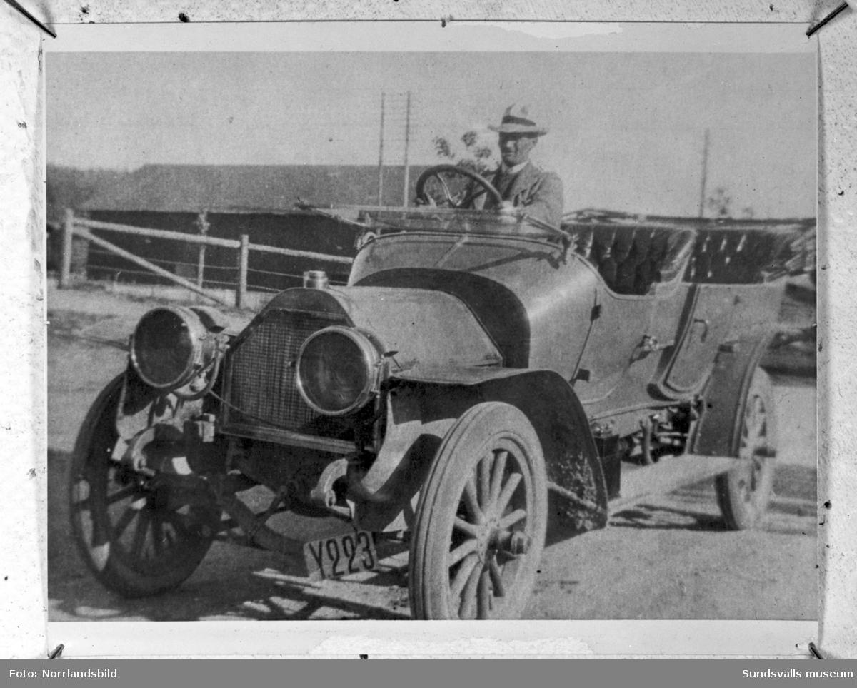 Reproduktion avgammal bild på en man i bil i Stöde. Registreringsnummer Y223.