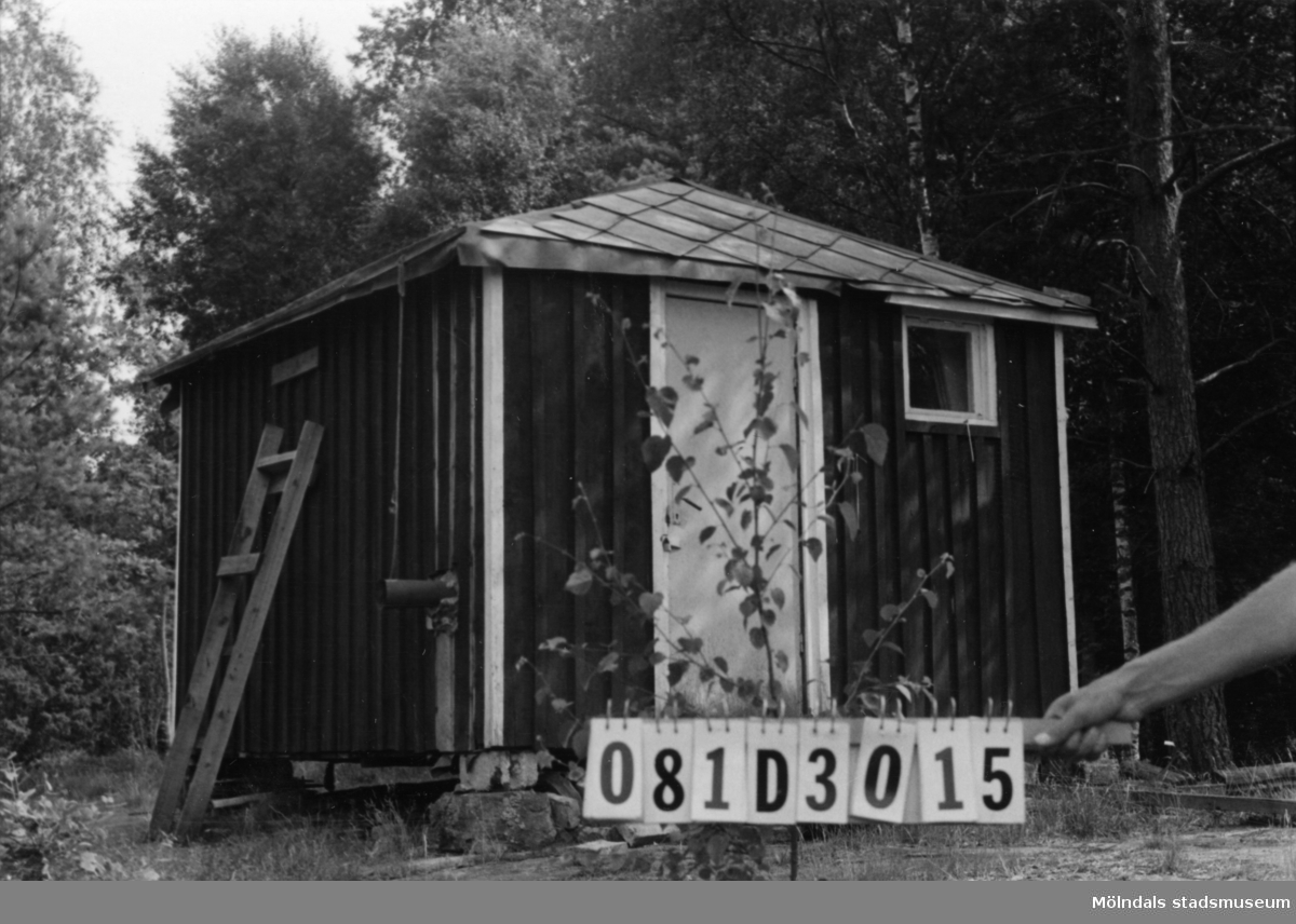 Byggnadsinventering i Lindome 1968. Greggered (1:5). Hus nr: 081D3015. (Ligger på 1:5.) Benämning: fritidshus och redskapsbod. Kvalitet, fritidshus: mindre god. Kvalitet, redskapsbod: dålig. Material: trä. Övrigt: virke och skräp. Tillfartsväg: ej framkomlig.