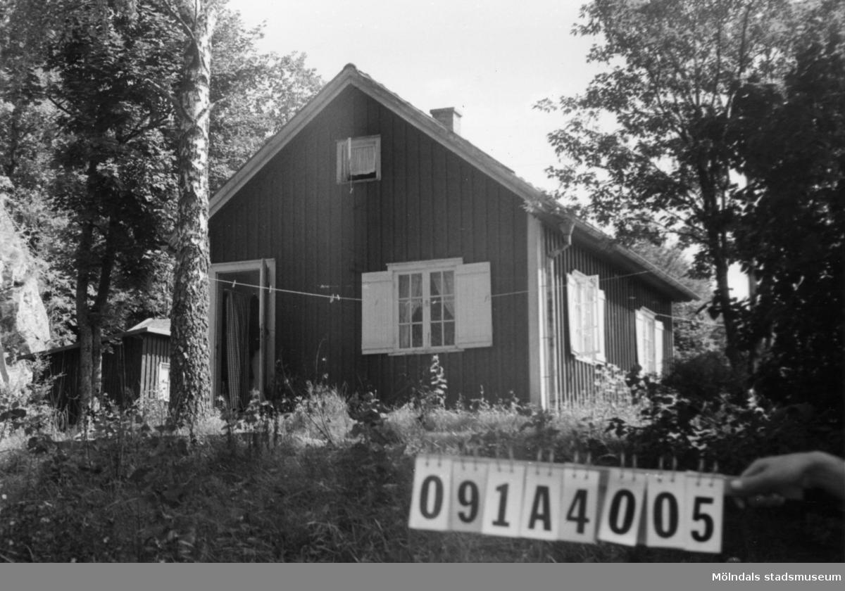 Byggnadsinventering i Lindome 1968. Hällesåker 6:13. Hus nr: 091A4005. Benämning: fritidshus och redskapsbod. Kvalitet, fritidshus: god. Kvalitet, redskapsbod: mindre god. Material: trä. Tillfartsväg: framkomlig.