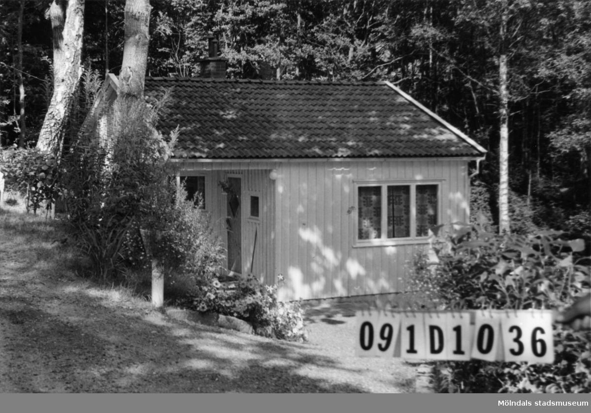 Byggnadsinventering i Lindome 1968. Skräppholmen 2:18. Hus nr: 091D1036. Benämning: fritidshus och redskapsbod. Kvalitet, fritidshus: god. Kvalitet, redskapsbod: dålig. Material: trä. Övrigt: pool. Tillfartsväg: framkomlig. Renhållning: soptömning.