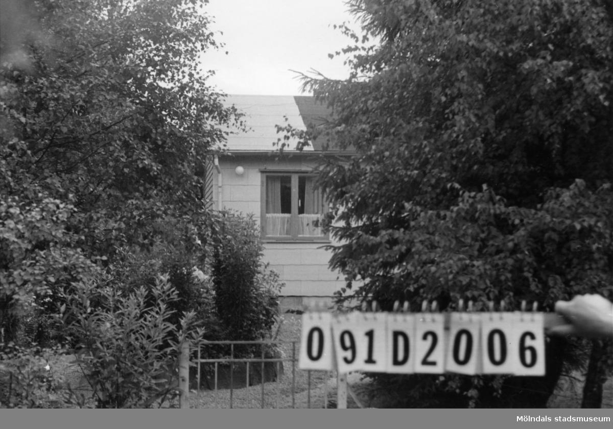 Byggnadsinventering i Lindome 1968. Ranered 1:50. Hus nr: 091D2006. Benämning: fritidshus och redskapsbod. Kvalitet, fritidshus: god. Kvalitet, redskapsbod: mindre god. Material, bostadshus: eternit och trä. Material, redskapsbod: trä. Tillfartsväg: framkomlig. Renhållning: soptömning.