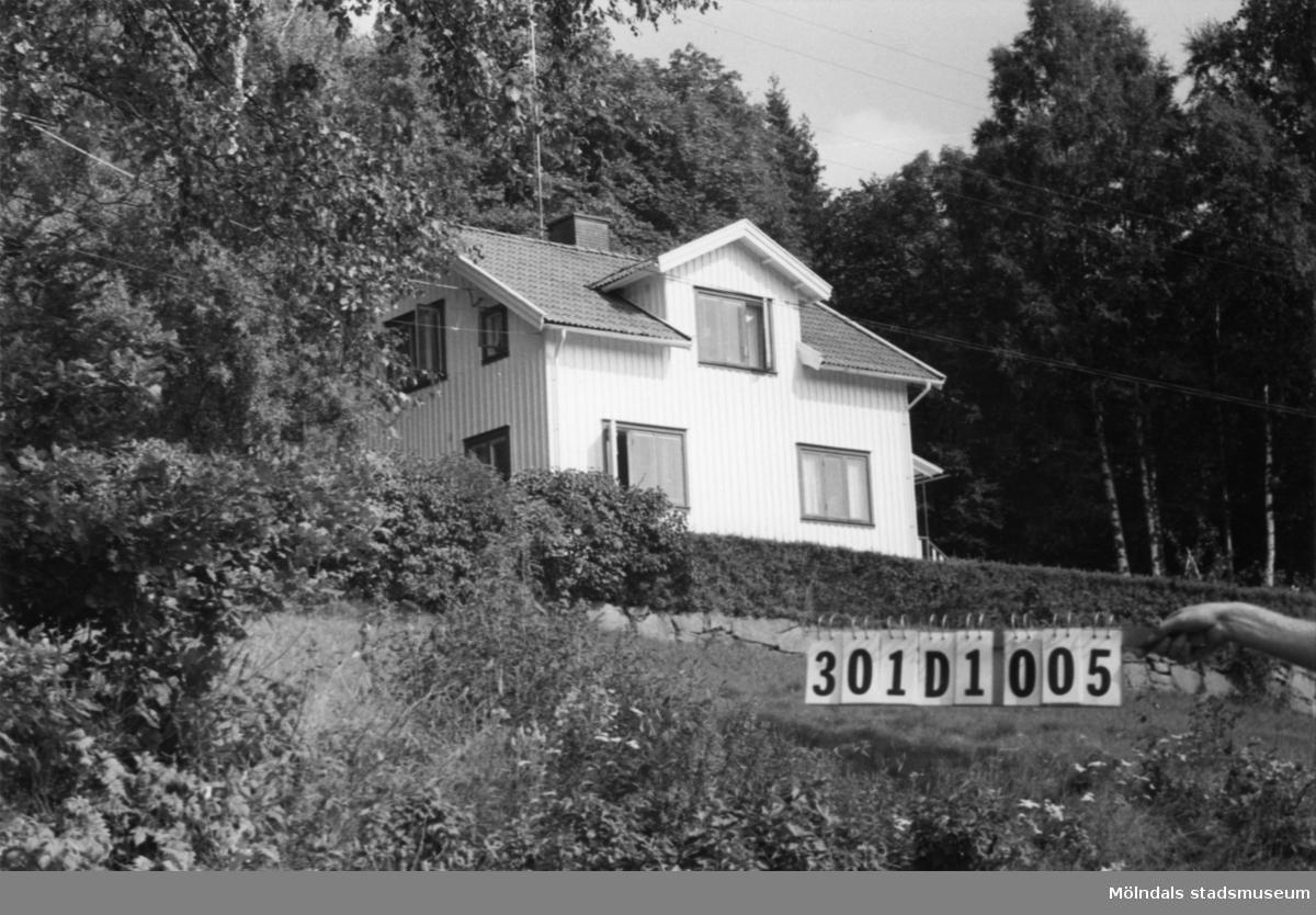 Byggnadsinventering i Lindome 1968. Inseros 1:32. Hus nr: 301D1005. Benämning: permanent bostad och redskapsbod. Kvalitet: god. Material: trä. Tillfartsväg: framkomlig.