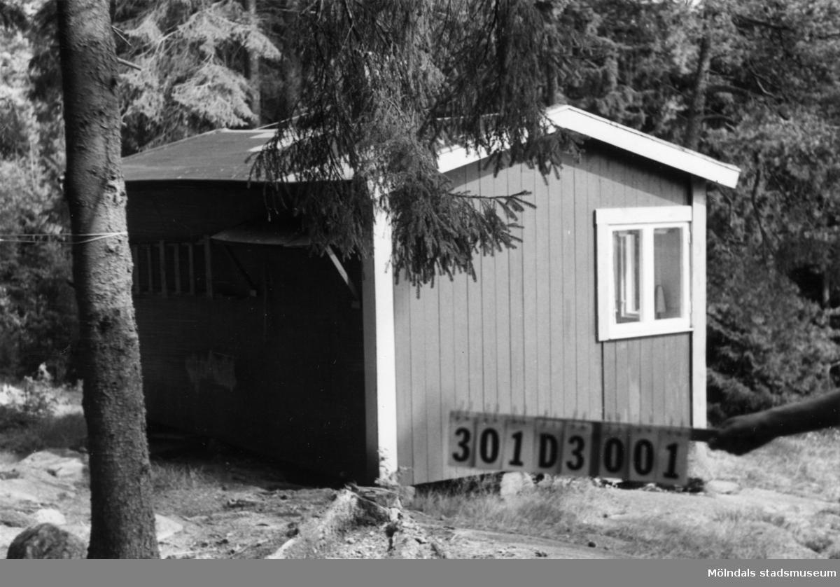 Byggnadsinventering i Lindome 1968. Inseros (1:13). Hus nr: 301D3001. Benämning: fritidshus och redskapsbod. Kvalitet: mindre god. Material: trä. Tillfartsväg: ej framkomlig.