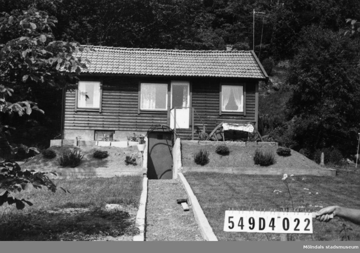 Byggnadsinventering i Lindome 1968. Hällesås 1:48. Hus nr: 559A1004.  Benämning: fritidshus. Kvalitet: mycket god. Material: trä. Övrigt: välordnat. Tillfartsväg: framkomlig.