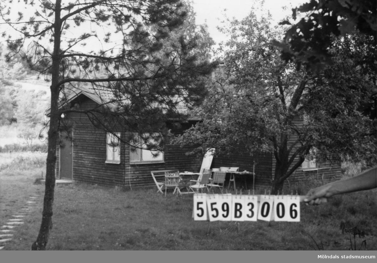 Byggnadsinventering i Lindome 1968. Torkelsbohög 1:9. Hus nr: 559B3006. Benämning: fritidshus. Kvalitet: mycket god. Material: trä. Tillfartsväg: framkomlig.