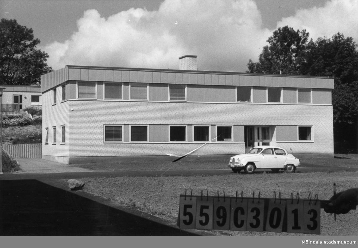 Byggnadsinventering i Lindome 1968. Fagered. Hus nr: 559C3013, t. yrkesskolan. Benämning: skola. Kvalitet: mycket god. Material: sten, kalksand. Övrigt: tre byggnader. Tillfartsväg: framkomlig. Renhållning: soptömning.
