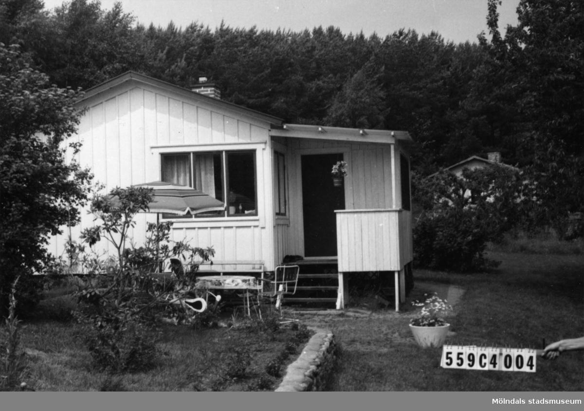Byggnadsinventering i Lindome 1968. Gastorp 2:81. Hus nr: 559C4004. Benämning: fritidshus, redskapsbod och husvagn. Kvalitet: god. Material: trä. Tillfartsväg: framkomlig. Renhållning: soptömning.