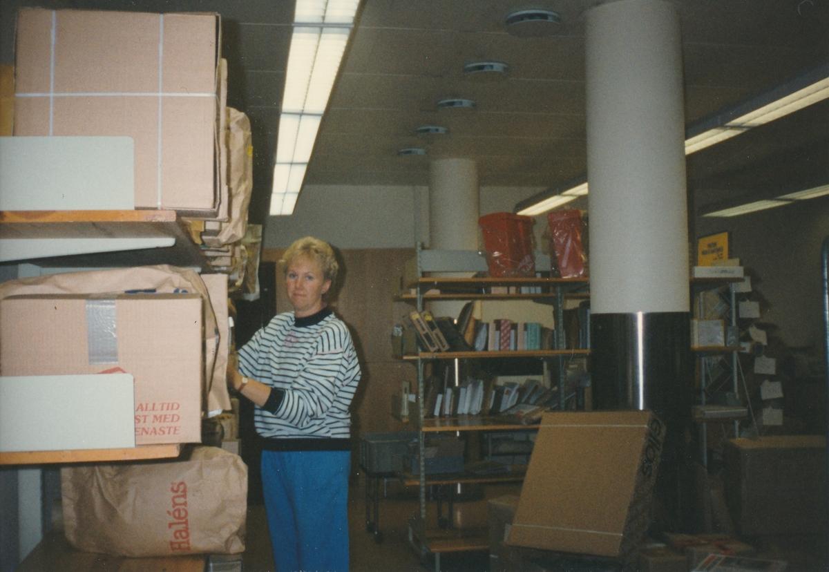 Interiör vid paketthanteringen på Postkontoret Jönköping 6, 1990.