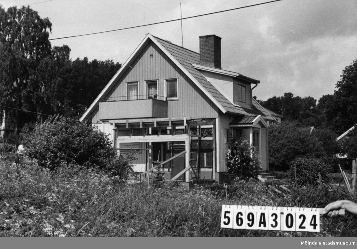 Byggnadsinventering i Lindome 1968. Skäggered 3:37. Hus nr: 569A3024. Benämning: permanent bostad. Kvalitet: god. Material: trä. Övrigt: tillbyggnad göres. Tillfartsväg: framkomlig. Renhållning: soptömning.
