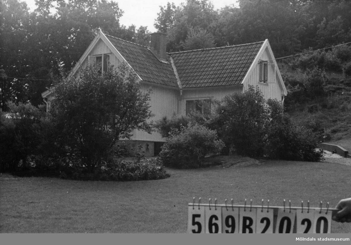 Byggnadsinventering i Lindome 1968. Gastorp 1:18. Hus nr: 569B2020. Benämning: permanent bostad och garage. Kvalitet: mycket god. Material: trä. Övrigt: fint och välordnat. Tillfartsväg: framkomlig. Renhållning: soptömning.