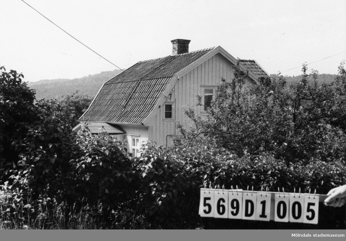 Byggnadsinventering i Lindome 1968. Berget 1:20. Hus nr: 569D1005. Benämning: permanent bostad, ladugård och redskapsbod. Kvalitet, bostadshus och ladugård: god. Kvalitet, redskapsbod: mindre god. Material: trä. Tillfartsväg: framkomlig.