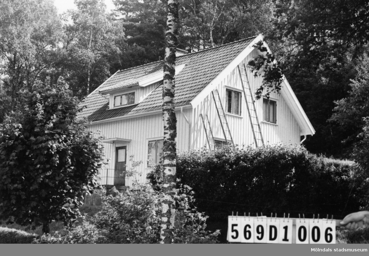 Byggnadsinventering i Lindome 1968. Berget 1:5. Hus nr: 569D1006. Benämning: permanent bostad, ladugård, garage och hönshus. Kvalitet, bostadshus: mycket god. Kvalitet, övriga: god. Material: trä. Tillfartsväg: framkomlig. Renhållning: soptömning.