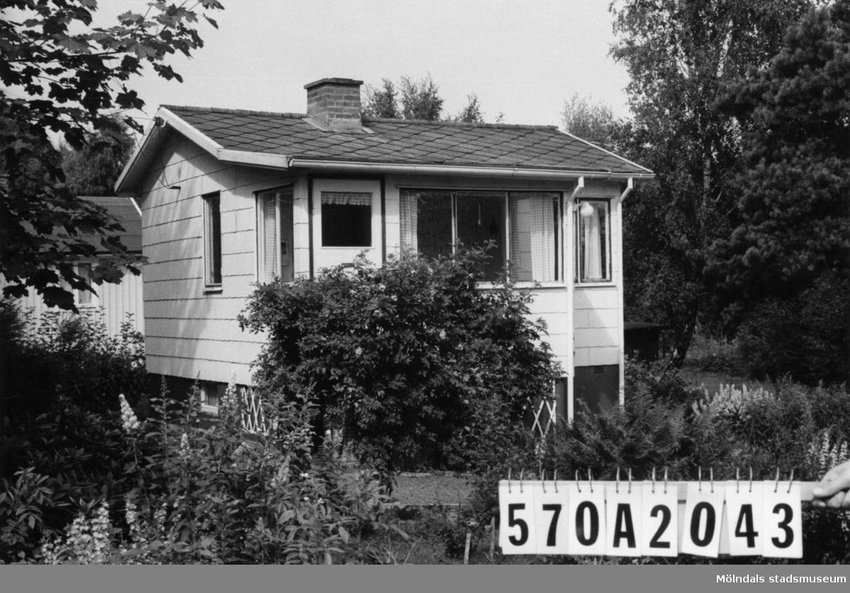 Byggnadsinventering i Lindome 1968. Bräcka 1:31. Hus nr: 570A2043. Benämning: fritidshus, redskapsbod och lekstuga. Kvalitet: god. Material, fritidshus: eternit. Material, övriga: trä. Övrigt: murad utegrill. Tillfartsväg: framkomlig.