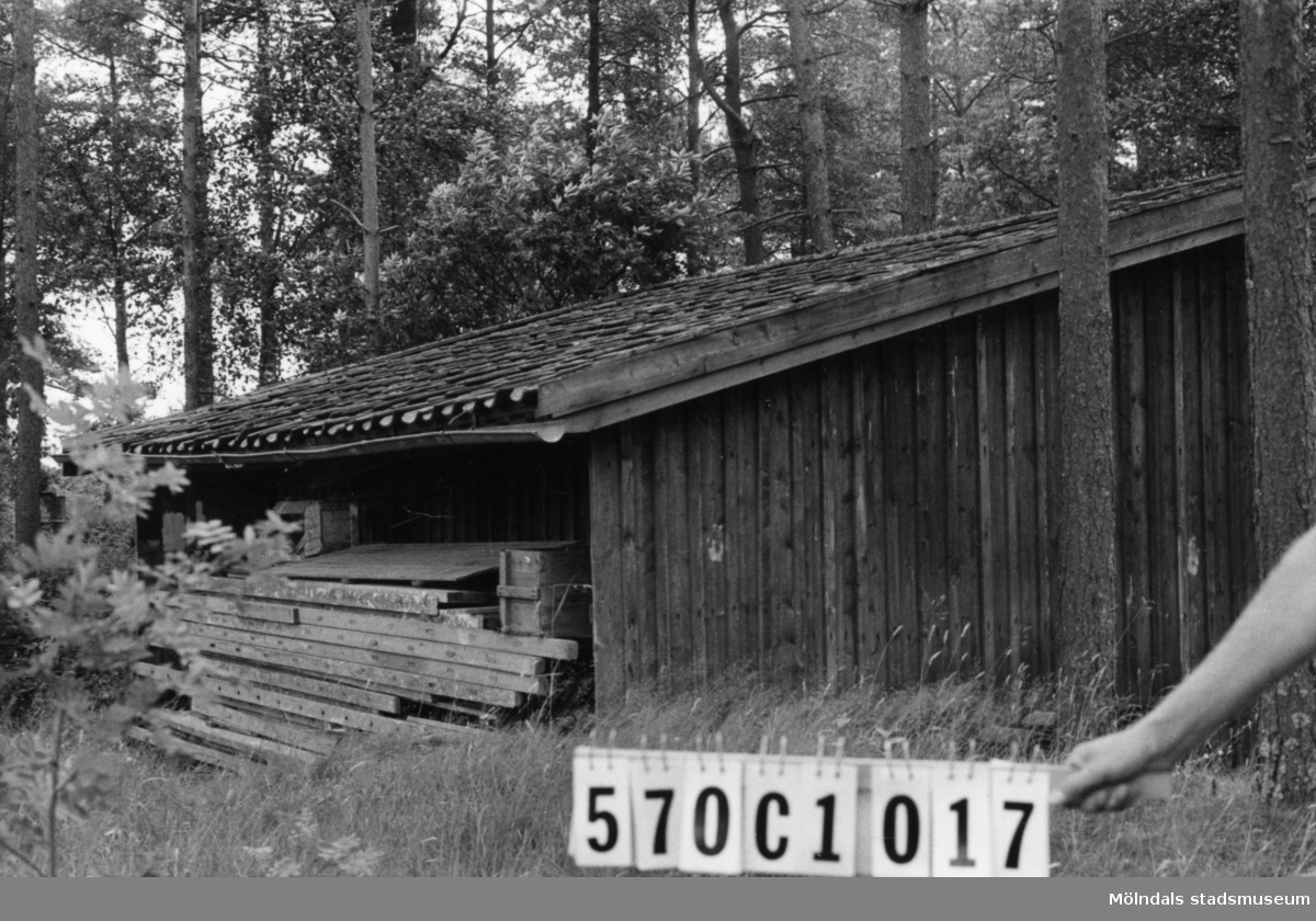Byggnadsinventering i Lindome 1968. Dvärred 2:13. Hus nr: 570C1017. Benämning: skjul. Kvalitet: dålig. Material: trä. Tillfartsväg: framkomlig.