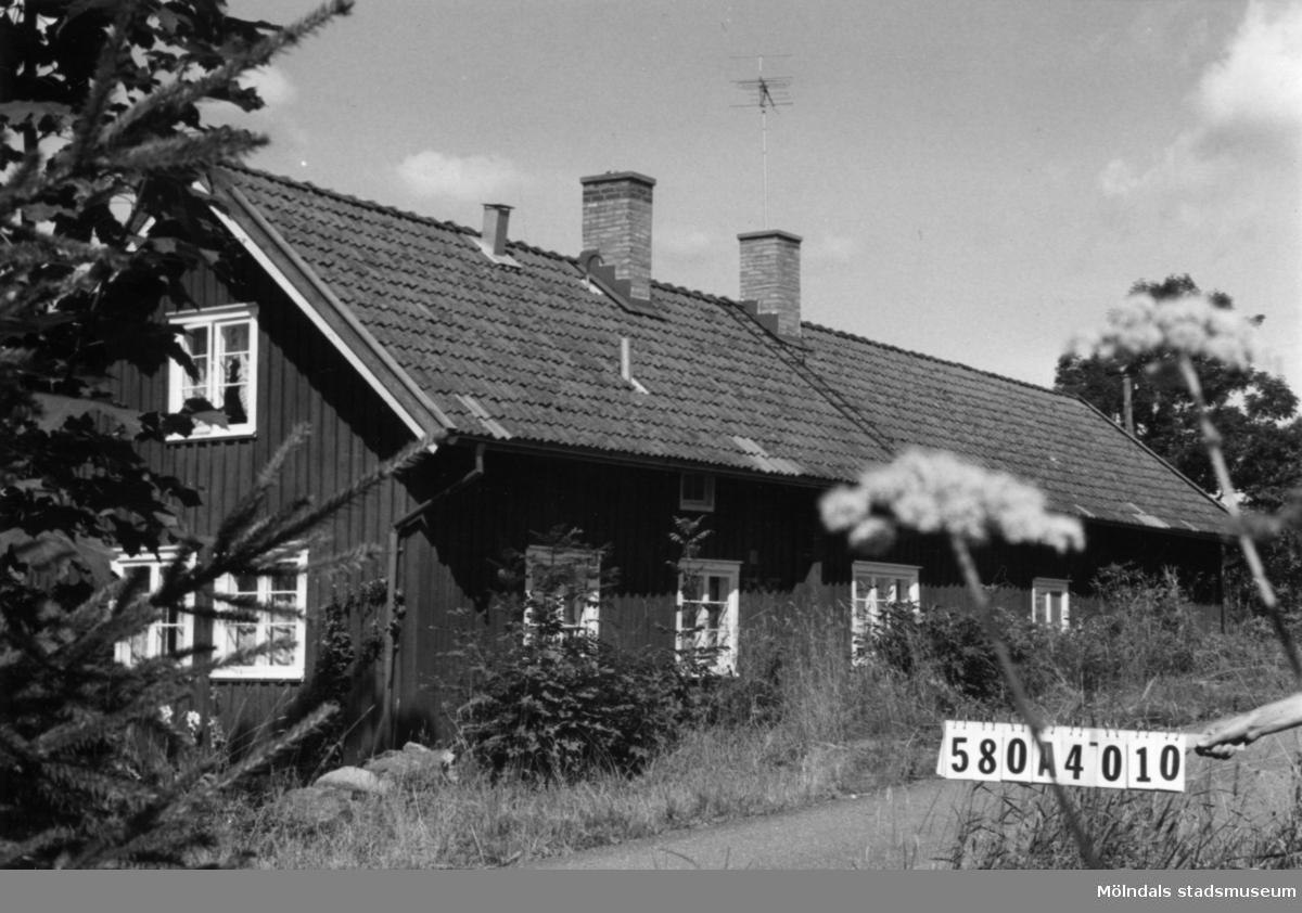 Byggnadsinventering i Lindome 1968. Hassungared 1:21. Hus nr: 580A4010. Benämning: permanent bostad, ladugård och redskapsbod. Kvalitet, bostadshus: god. Kvalitet, ladugård: dålig. Kvalitet, redskapsbod: mindre god. Material: trä. Tillfartsväg: framkomlig.
