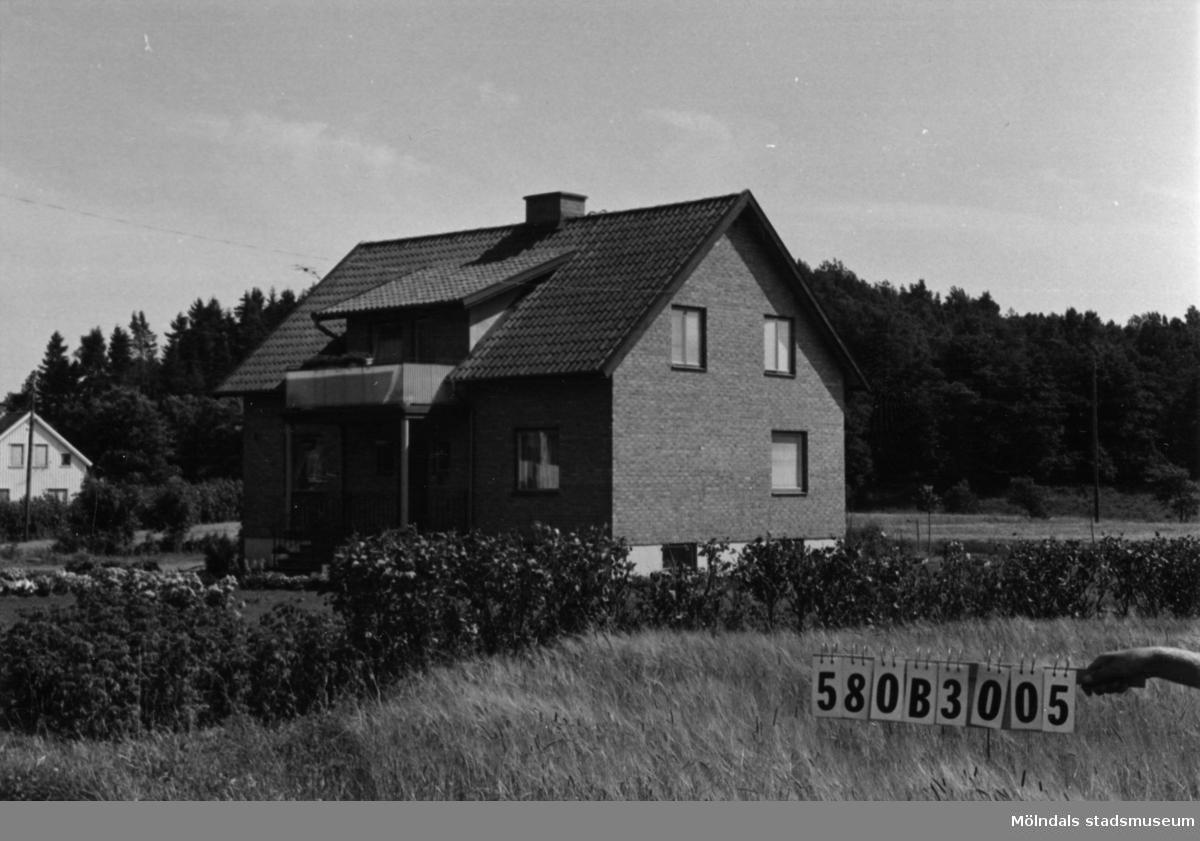 Byggnadsinventering i Lindome 1968. Knipered 3:3. Hus nr: 580B3005. Benämning: permanent bostad och garage. Kvalitet: mycket god. Material: gult tegel. Tillfartsväg: framkomlig. Renhållning: soptömning.
