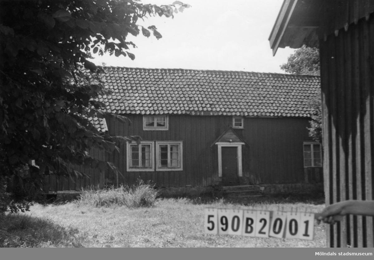 Byggnadsinventering i Lindome 1968. Hällesåker 4:18. Hus nr: 590B2001. Benämning: permanent bostad och ladugård. Kvalitet: mindre god. Material: trä. Övrigt: verkar obebott. Tillfartsväg: framkomlig.