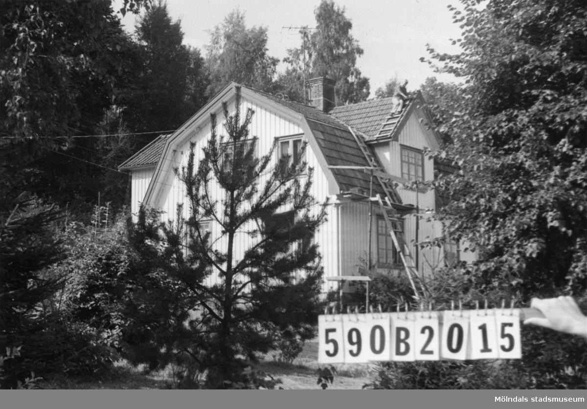 Byggnadsinventering i Lindome 1968. Hällesåker 4:18. Hus nr: 590B2015. Benämning: permanent bostad, ladugård, redskapsbod och garage. Kvalitet: god. Material, redskapsbod: sten. Material, övriga: trä. Tillfartsväg: framkomlig.