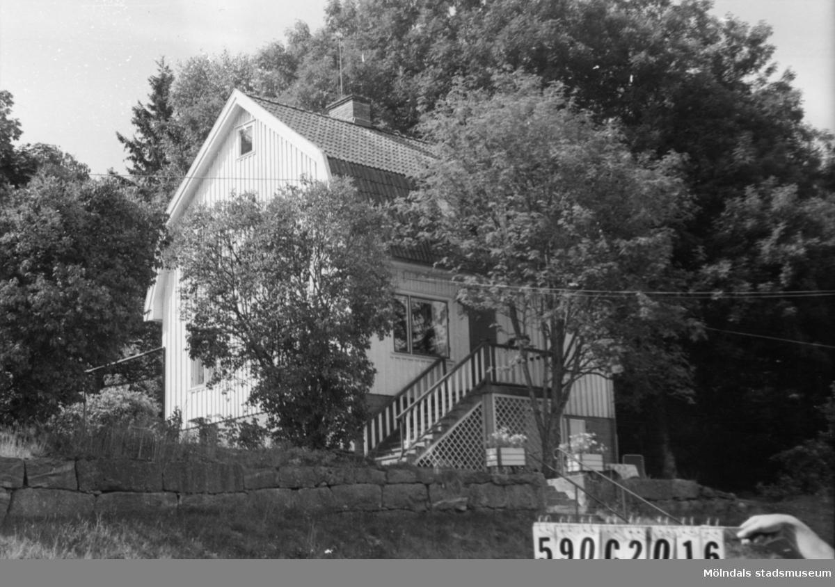 Byggnadsinventering i Lindome 1968. Hällesåker 3:14. Hus nr: 590C2016. Benämning: permanent bostad. Kvalitet: god. Material: trä. Tillfartsväg: framkomlig. Renhållning: soptömning.
