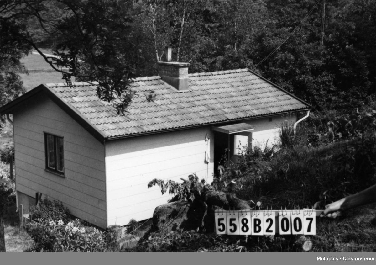 Byggnadsinventering i Lindome, juli 1968. Kimmersbo 1:17. Hus nr: 558B2007. Benämning: fritidshus. Kvalitet: god. Material: eternit. Tillfartsväg: framkomlig.