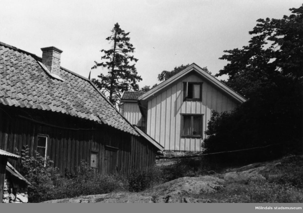 Byggnadsinventering i Lindome 1968. Kimmersbo 1:39. Hus nr: 558B2018. Benämning: permanent bostad, två ladugårdar och två redskapsbodar. Kvalitet, bostadshus: god. Kvalitet, ladugårdar: god, mindre god. Kvalitet, redskapsbodar: mindre god. Material: trä. Tillfartsväg: framkomlig.