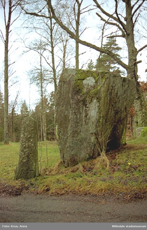 """En minnessten, som kallas för """"Hjulstenen"""". Ett solkors är inristat i stenen."""