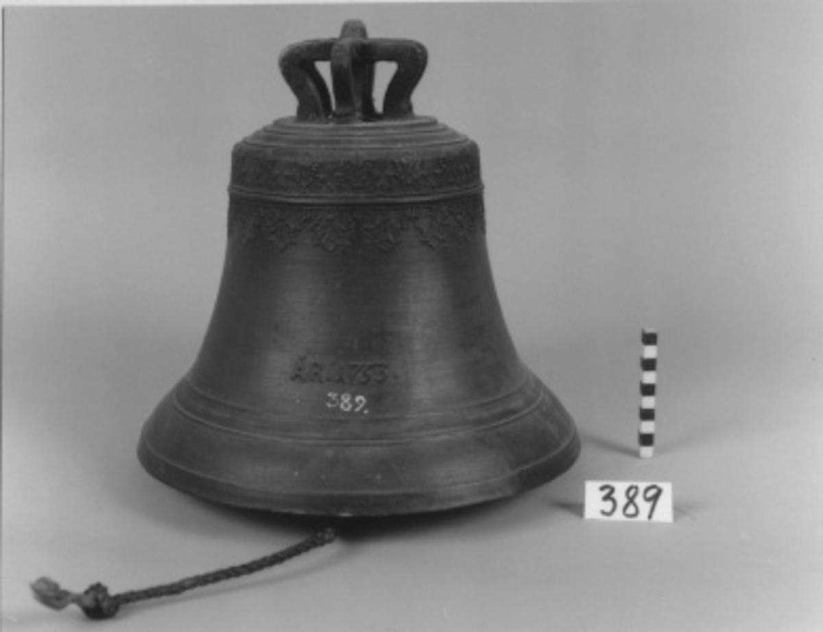 """Skeppsklocka, av metall, gjuten år 1753 och försedd med följande inskription: """"Gerh. Meyer i Stockholm år 1753""""."""