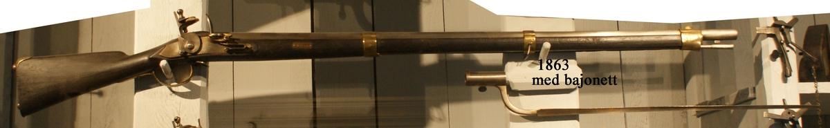 Gevär, 1799 års modell, flintlås, märkt: E 229. Kolven av trä, pipa och mekanism av stål. Beslagen av metall. Pipan slätborrad. Tillhörande bajonett.