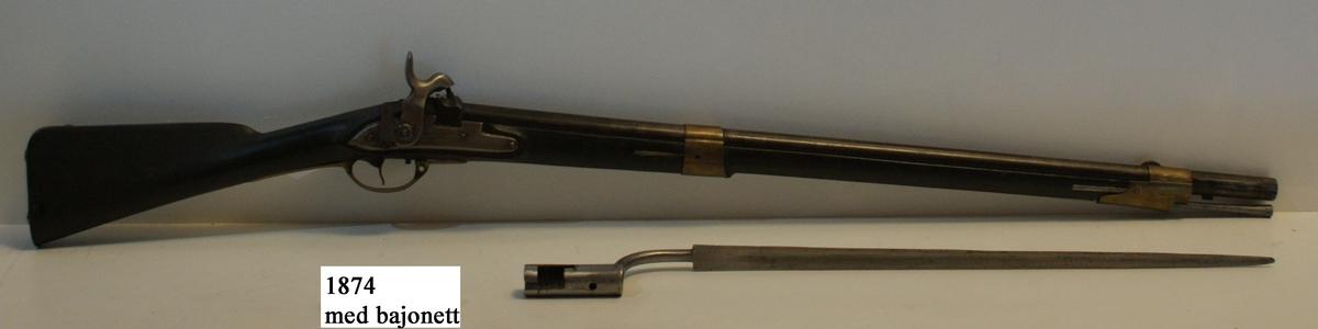 Gevär, svenskt, m/1833, för flottan, slaglås, slätborrad. Kolven av trä, pipa och mekanism av stål. Beslagen av metall. Pipans längd 855 mm. Kaliber: 20 mm. Vikt: 3,8 kg. Hela längden: 1265 mm.