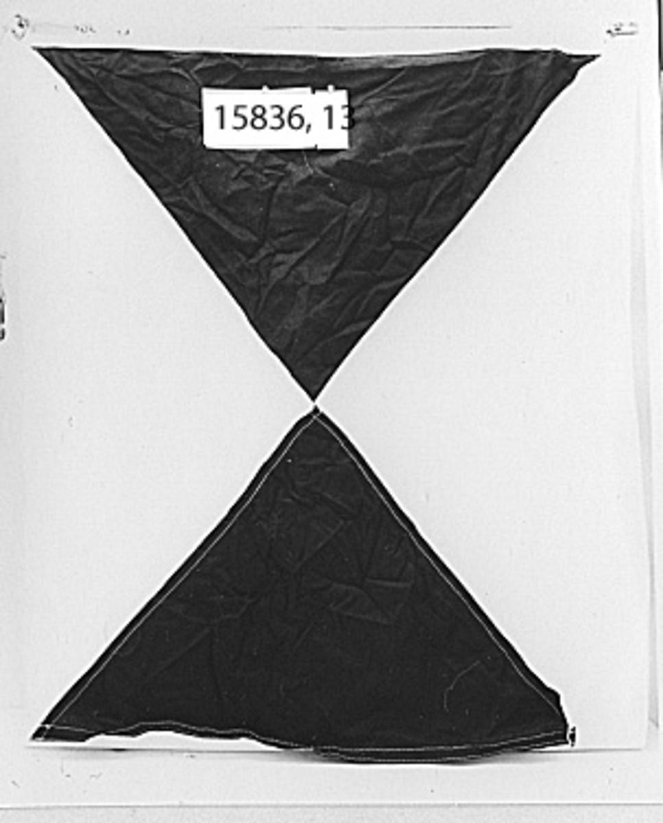 Flerfärgad flagga enhligt internationella signalbokstavssystemet. Liket vitt, i ena änden flagghakar, i den andra lekar. Å. Svart och vit. Text liket: ST 4 Ö (kronstämpel).